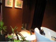 シャンプーブースはダウンライトで落ち着いた雰囲気です。中目黒