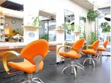 オレンジの椅子が可愛らしい!ライトなどもオーナーのこだわりが