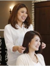 《髪のスタイリングはもちろん、お客様に合わせたヘアケアのアドバイスまでしてくれるのが人気の秘密☆》