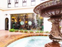 噴水が目印の表参道の洋館です。水の音が聞こえて癒されます。