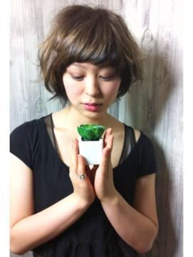 植物とショートヘア
