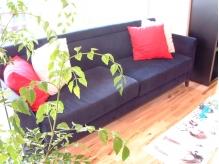 陽が差し込む、ゆったりとしたソファで、待ち時間も快適☆