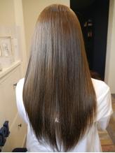 トリートメント配合の縮毛矯正で、輝くようなストレートヘアに♪風になびく、思わず触りたくなる髪に…☆