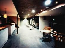 カラー・パーマ・待合スペース◇木製のテーブルがオシャレ♪