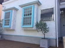 白い壁にワンポイントの青い窓が目印の隠れ家サロン♪