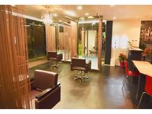 店内はラグジュアリーな照明やカーテンによる上質空間が◎