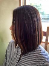 スタイリングしやすいサラツヤのストレート髪に。柔らかい質感で、クセはまっすぐ、でも自然な仕上がり♪