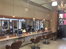 ガラス張りの店内で、落ち着いた雰囲気のサロン