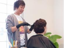 気になる白髪をオシャレに染める!ノンアルカリのカラー剤使用でツヤのある仕上がりに!明るめカラーもOK☆