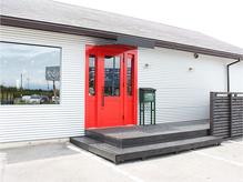 シルバーの建物に赤い扉が目印!