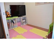お子様同伴OKおもちゃ・DVDもみれるキッズルーム。遊びにきてね