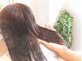 ノーベル賞受賞で注目の抗酸化成分フラーレンやヒアルロン酸など贅沢な補修・保湿成分を髪の内部から補修していく最上質トリートメント♪オーガニック成分配合なので髪と頭皮に優しく、髪本来の美しさへと導きます☆