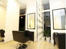大きな鏡とパーテーションで人目を気にせず居心地の良い空間です