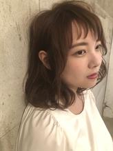 短い斜め前髪がオシャレなミディアムスタイル.17