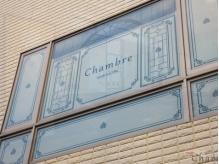 通り沿いの2Fを見上げると、窓に可愛い『Chambre』の目印が☆