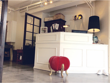 隠れたアートインテリアや可愛いアンティーク家具がお出迎え♪