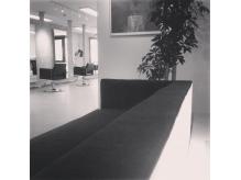 待合は落ち着いた雰囲気のゆったり3人掛けのソファーです