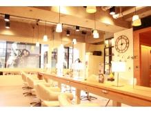 木目調の明るい店内とスタッフの温かい空気感がアットホームで◎