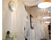 明るい店内はやわらかな質感のカーテンで仕切られています。