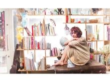 窓際の棚には、オーナーの集めた小物や本が置かれています。