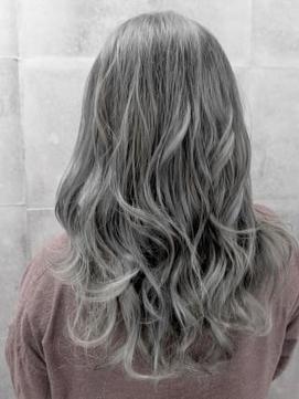 【AUBE HAIR】ラベンダーシアグレージュ_耳かけウェーブ
