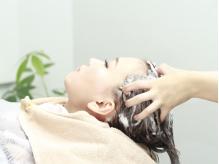 炭酸を使用し、頭皮から髪のダメージまでケアしていきます◎