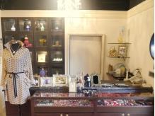 センスが光る洋服やアクセサリーなどの販売も人気のひとつ♪