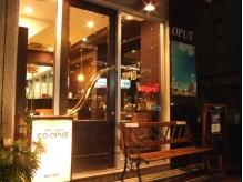 手作りの看板とベンチが目印のお店です☆