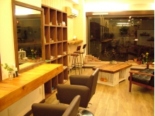 手作り家具と植物に囲まれたほっとできるカフェのような店内♪