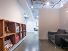 奥に広がる暖かな雰囲気の、白と木を基調とした店内。