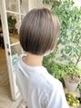 前髪ありイメチェンカーキグレージュミニボブハイトーンショート