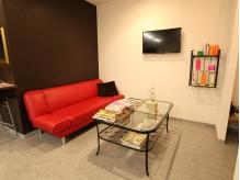 ★赤いソファが可愛い待合い。