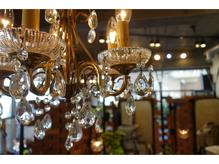 レンガやシャンデリア、店内に溢れる緑が落ち着いた空間を演出。