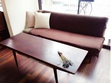 北欧とイギリスの家具を配したモダンな印象の店内です。
