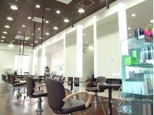 広い店内は施術中も楽チンSHOPS2Fサイゼリアの隣です。