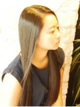 パサついて髪が広がる・まとまらない…トリートメントもいいですが、縮毛矯正もおススメですよ♪