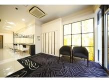 ゼブラ柄の絨毯はインパクトが強く、グラマラスな雰囲気。