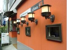 オレンジ色の外壁とヨーロッパ風のランタンが目印♪