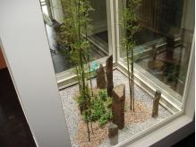 店内中央部分の吹き抜けには天然の竹がそびえたちます
