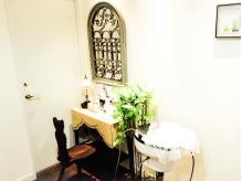 アンティーク調のプライベートスペース・木材の家具が大人気!