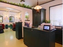 【レセプション】施術室と待合室は区切られています。