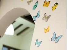 アーチ形の内装はこだわりの造り☆蝶が舞う演出がオシャレ♪