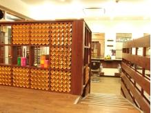 紙筒をつめたポップな飾り棚♪色んな所に【102】のこだわりが。
