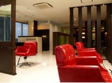 印象的な赤いセット椅子、座り心地のよいソファータイプです