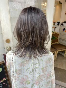 垢抜けオリーブグレージュのくびれミディアムで秋髪にチェンジ