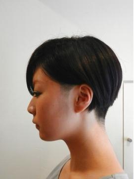 斜めバングが大人かわいいモードな黒髪マニッシュショート