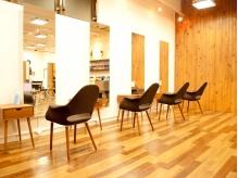 木目調の美しい開放感のある店内。広々とした空間が自慢