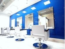 開放的な高い天井に、鮮やかなブルーが印象的な店内。