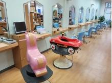 子供椅子でDVDを観ながらカット出来るスペース