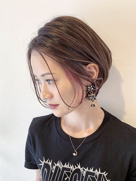ピンクバイオレットのインナーカラーの耳かけショート[夏]